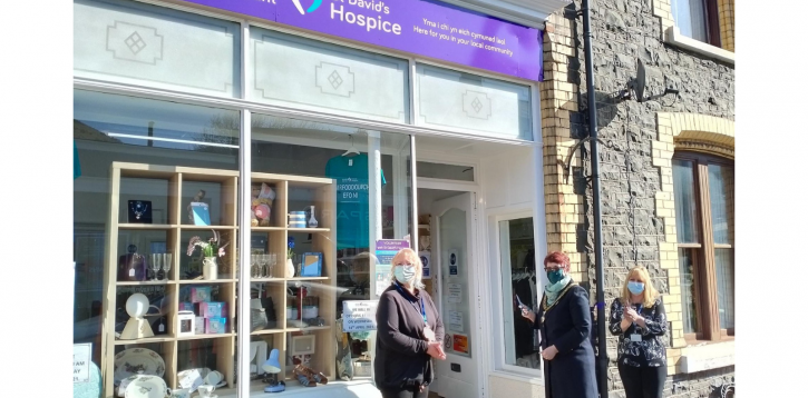 New shop raising funds for local hospice care opens in Penmaenmawr